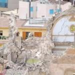 Estado ruinoso en el que ha quedado la iglesia de Santiago tras el terremoto del pasado miércoles. :: ANTONIO GIL / AGM