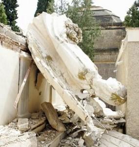 El ángel de uno de los mausoleos de la calle central, tirado en el suelo tras desplomarse. :: S. M. L. / AGM