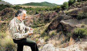 El profesor de la UPCT Tomás Rodríguez Estrella, inspeccionando el jueves el epicentro del terremoto, localizado en Carraclaca, en el borde sur de la Sierra de Tercia. :: MARTÍNEZ BUESO