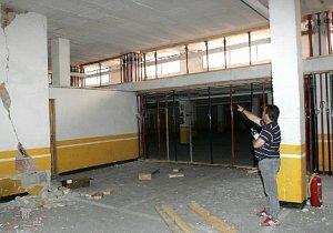 Un vecino de la calle Herrerías, en el barrio de La Viña, muestra los daños en un sótano. :: S. M. L. / AGM