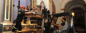 Miembros de Protección Civil recuperando a la Virgen de la Piedad y varios cuadros de Barberán. ::P.A./AGM