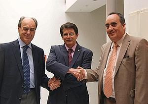 El alcalde con los representantes de Holcim tras la firma del acuerdo. :: L V