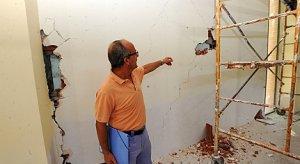 García Clemente señala algunos de los desperfectos más graves en el interior del templo. :: PACO ALONSO / AGM