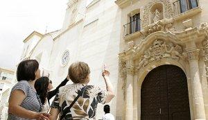 Tres mujeres contemplan los daños en la fachada de la iglesia de Santo Domingo. :: SONIA MARTÍNEZ LARIO / AGM