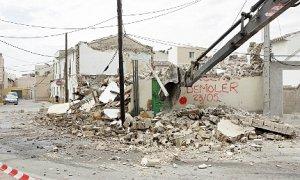 Demolición, ayer al mediodía, de una vivienda en la Alameda Virgen de las Huertas. :: SONIA M. LARIO / AGM
