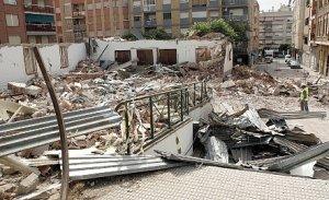 Un operario, entre los escombros de la iglesia de Cristo Rey ayer por la mañana. :: SONIA M LARIO / AGM