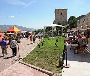 Visitantes ayer en el mercado medieval del castillo. :: P. ALONSO / AGM
