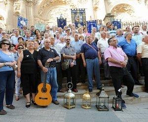 Los integrantes de las siete cuadrillas de auroros ante la fachada de San Patricio. :: PACO ALONSO / AGM