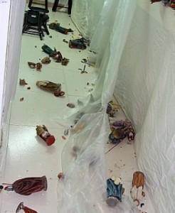 Figuras del belén municipal destrozadas tras los seísmos. :: LA VERDAD