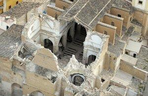 Vista aérea de la iglesia de Santiago en la que se aprecian los importantes daños que ha sufrido. :: LA VERDAD