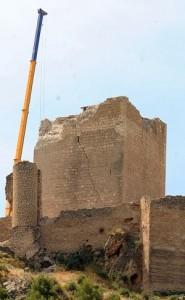 La torre del Espolón en la que se aprecia la grieta causada por el seísmo. :: PACO ALONSO / AGM
