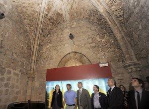 La ministra de Cultura en el interior de la torre del Espolón comprobando las grietas que se han abierto tras los terremotos. :: I. SÁNCHEZ/AGM