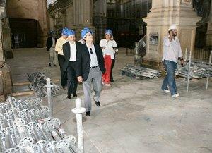 El alcalde guía a los representantes de la UE por la dañada iglesia de San Patricio. :: SONIA M. LARIO / AGM