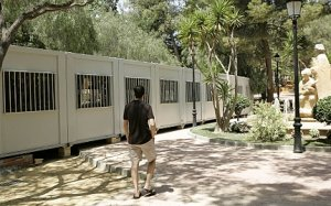 La nave prefabricada que servirá de iglesia ya se está montando en el parque de La Viña. :: SONIA M. LARIO / AGM