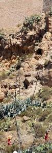 Dos trabajadores, en la parte inferior de la imagen, iniciaron ayer las labores previas en la zona más peligrosa de la ladera. :: P. ALONSO / AGM