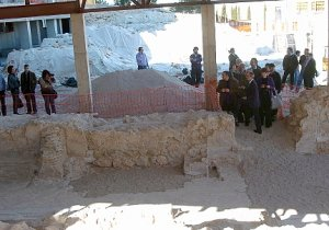 Visita de expertos en arte judío en 2009 a los restos de la sinagoga. :: PACO ALONSO / AGM
