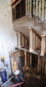 Técnicos apuntalando la escalera del Palacio de Guevara. :: P. A. / AGM