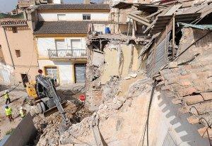 Demolición ayer mañana de un inmueble situado en la calle Paradores junto al Archivo Municipal en pleno casco antiguo. :: PACO ALONSO / AGM