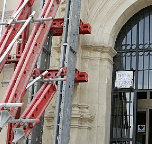 La apuntalada fachada del Centro de Visitantes. :: SONIA M. LARIO / AGM