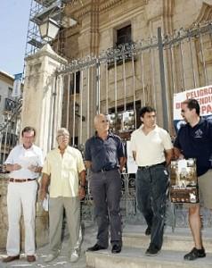 El edil de Turismo con miembros de los amigos de Santiago. :: S. M. L. / AGM