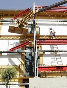 Los técnicos colocando el pasado sábado el andamio en la fachada del Casino. :: S. M. LARIO / AGM