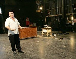 El tramoyista del Teatro Guerra en el escenario del coliseo, dañado por los terremotos. :: SONIA M. LARIO / AGM