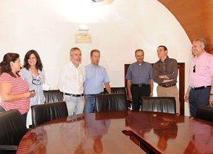 Los integrantes de la comisión de seguimiento, ayer antes del inicio de la reunión. :: P. A. / AGM