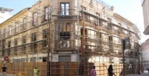 Fachadas de edificios que han sido derribados casi en su totalidad.  JUAN CABALLERO