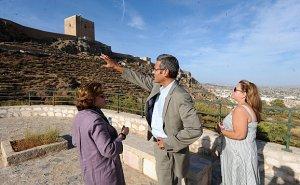 Gianluca Silvestrini (C) en el mirador del Castillo junto a Gutiérrez Cortines y Satur Martínez. :: P. A. / AGM