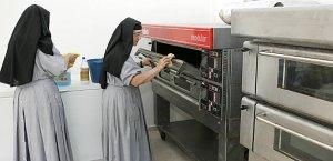 Sor Ana María y Sor Clara María limpiaban ayer el horno tras ser rescatado de los escombros por los terremotos. :: SONIA M. LARIO / AGM