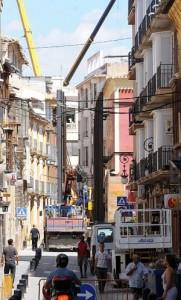 Varias grúas y maquinaria pesada trabajando ayer al mediodía en la calle Corredera. :: PACO ALONSO / AGM