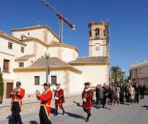 Procesión cívica de la Corporación bajo mazas y con el Pendón de la ciudad camino del patio del santuario patronal. :: P. ALONSO / AGM
