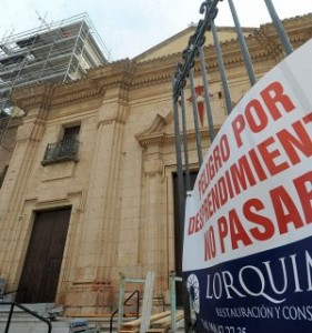 Un cartel prohíbe el paso al atrio de la iglesia de Santiago por el peligro que entraña los desprendimientos que pueden producirse del monumento. :: PACO ALONSO / AGM
