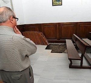 El párroco observa el socavón en la sacristía. :: P. ALONSO / AGM