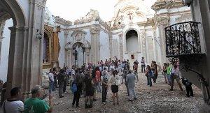 Los participantes en las jornadas de patrimonio en riesgo durante la visita en la tarde del jueves a la iglesia de Santiago. :: PACO ALONSO / AGM