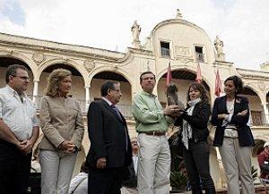 Francisco Montiel recibe la escultura donada a la ciudad. :: S. M. L. / AGM