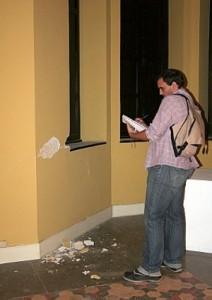 Un aparejador municipal anota los daños en una de las salas. :: P. ALONSO / AGM