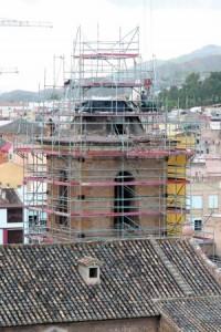 La torre de la iglesia de San Mateo está siendo desmontada para rehabilitarla tras perder el campanario. :: P. ALONSO / AGM