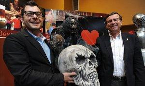 Juan Francisco Ros, de la compañía Teatro Guerra, y Francisco Montiel, edil de Turismo, presentan de Noches de Brujas. :: PACO ALONSO / AGM