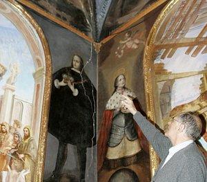 El Padre Valenzuela señala una de las grietas que ya está afectando a los frescos. :: S. M. L. / AGM