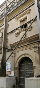 El Palacio de los Irurita se mantiene en pie por un complicado andamiaje exterior. :: SONIA M. LARIO / AGM