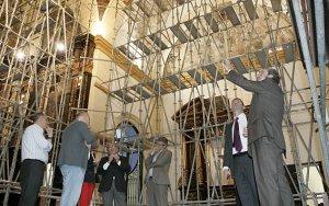 El comisionado del Gobierno, Jesús Miranda, señala los daños de la cúpula del Santuario Patronal de las Huertas. :: SONIA M. LARIO / AGM