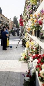 Lorquinos colocan flores en las tumbas de sus difuntos en el cementerio de San Clemente. :: S. M. L. / AGM