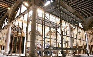 Decenas de puntales sostienen las formas de madera para mantener en pie los arcos del patio del Palacio de Guevara. :: SONIA M. LARIO / AGM