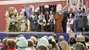 Momento de la inauguración de las fiestas patronales de San Clemente, que se celebró a las puertas del Teatro Guerra por los daños del monumento tras los seísmos. :: SONIA M. LARIO / AGM