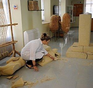 La arqueóloga recoge los restos de una pieza tras los seísmos. :: LV