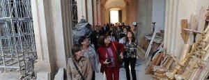 Los participantes en las Jornadas de Patrimonio en Riesgo ayer tarde durante la visita que realizaron a la iglesia de Santiago, una de las más dañadas. :: PACO ALONSO / AGM