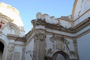 La coronación de los muros de la iglesia de Santiago ya ha sido cubierta con geotextil para impermeabilizar los muros. :: PACO ALONSO / AGM