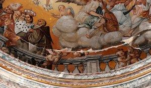Pinturas de la bóveda del santuario patronal, agrietada desde los terremotos del pasado 11 de mayo. :: SONIA M. LARIO / AGM