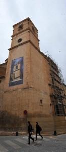 La fachada principal está cubierta por los andamios. :: P. A. / AGM
